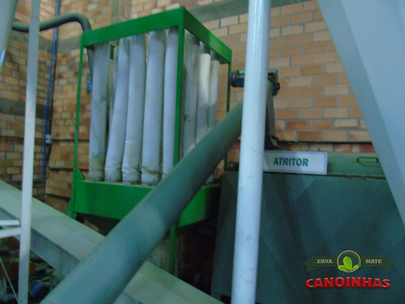 Sistemas de filtragem de pó e atritor ao lado.