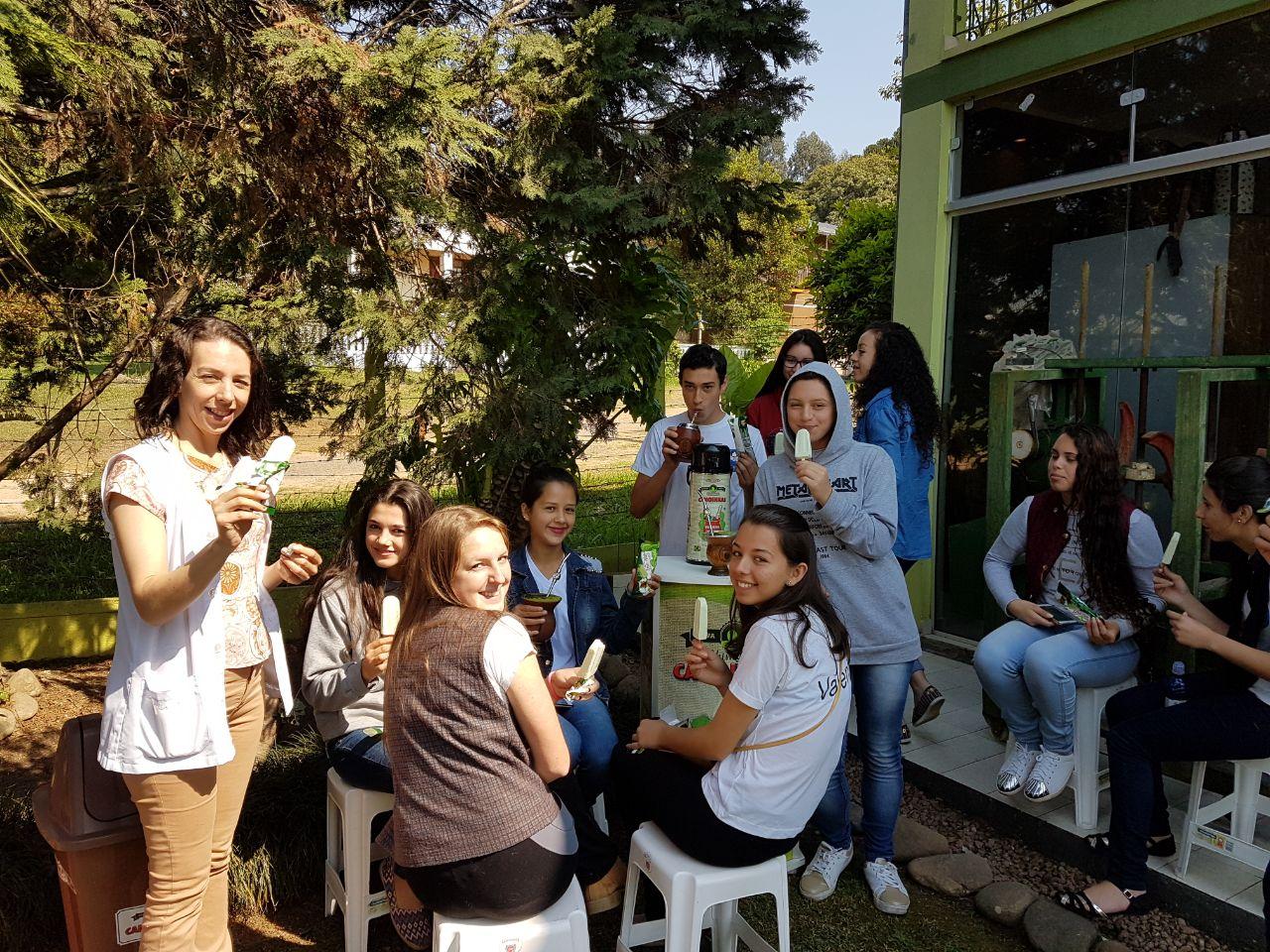 Professora e alunos degustando chimarrão e picolé de erva mate Canoinhas. hummm....